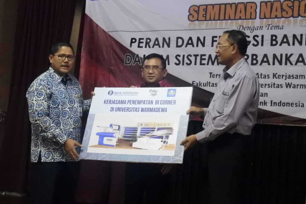 Penyerahan BI Corner yang di serahkan secara simbolis oleh perwakilan Bank Indonesia kepada Dekan Fakultas Hukum Universitas Warmadewa, di saksikan oleh Anggota Komisi XI DPR RI I Gusti Agung Rai Wirajaya.