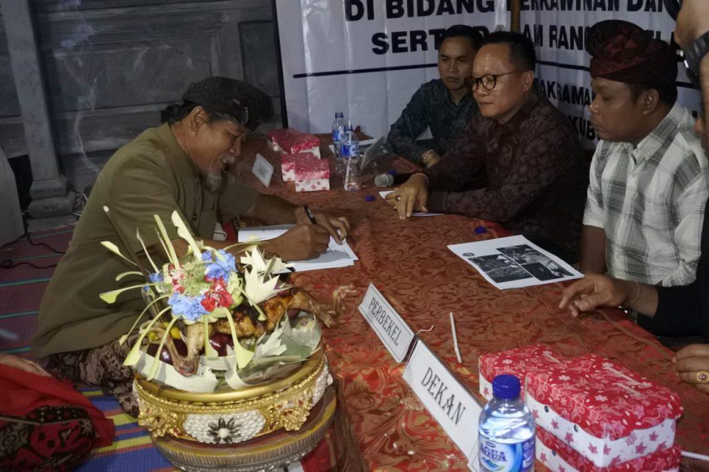 Acara di mulai dengan penandatanganan awig – awig desa bersama Staf Ahli Bupati Karangasem bidang SDM Dr. Priagung Duarsa.