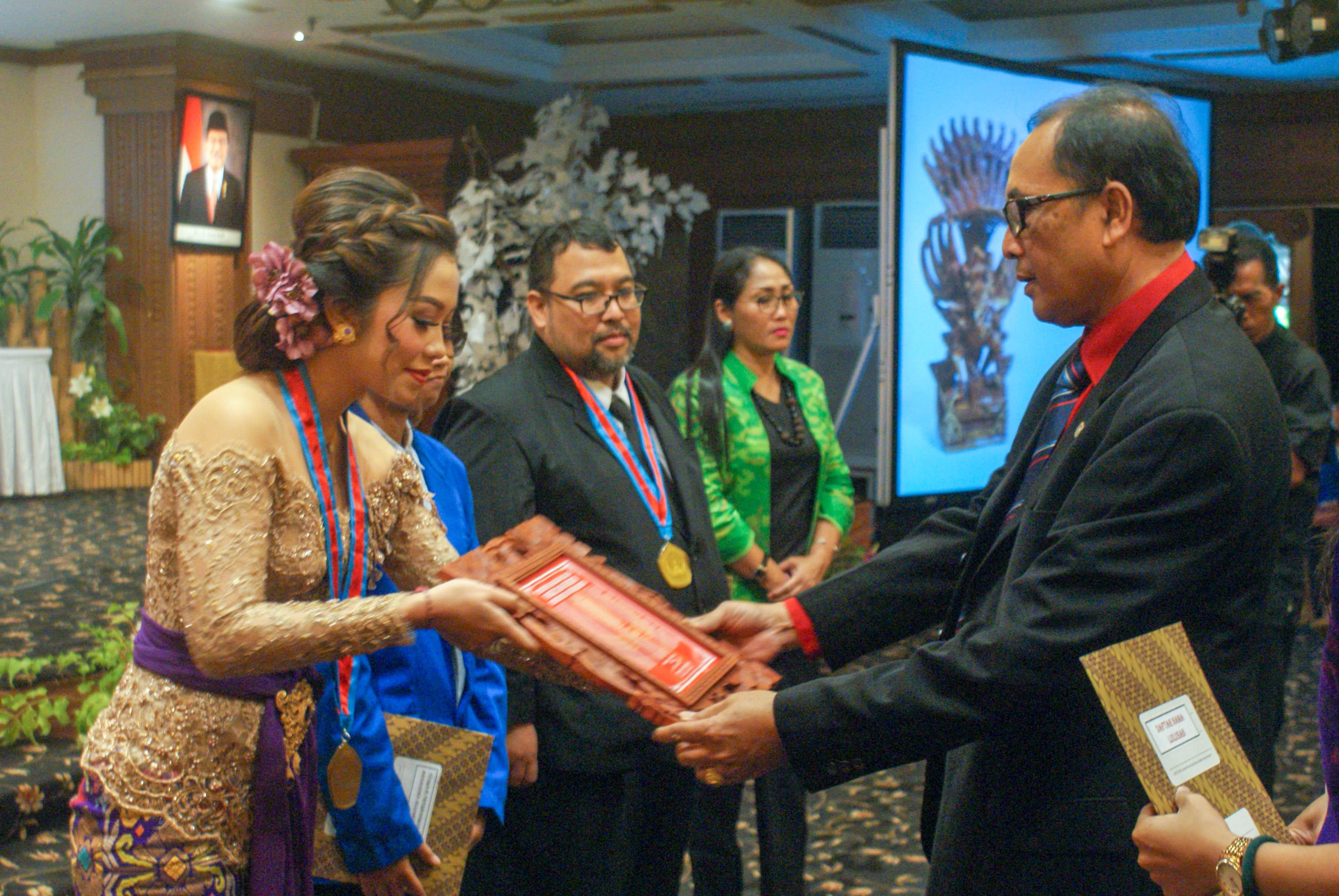 Dekan FH Unwar, Dr. I Nyoman Putu Budiartha, SH.,MH., melepas sebanyak 269 orang yudisiawan.